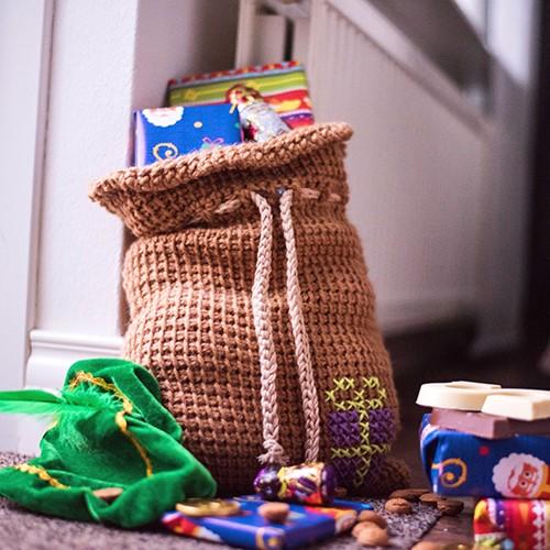 Haakpatroon Sinterklaas Cadeauzak